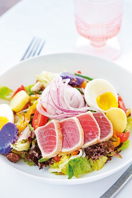 nicoise-salad-with-fresh-tuna-in-la-case-de-l-isle-restaurant-at-cheval-blanc-st-barth-isle-de-france-conde-nast-traveller-9jan15-Pierre-carreau_426x639